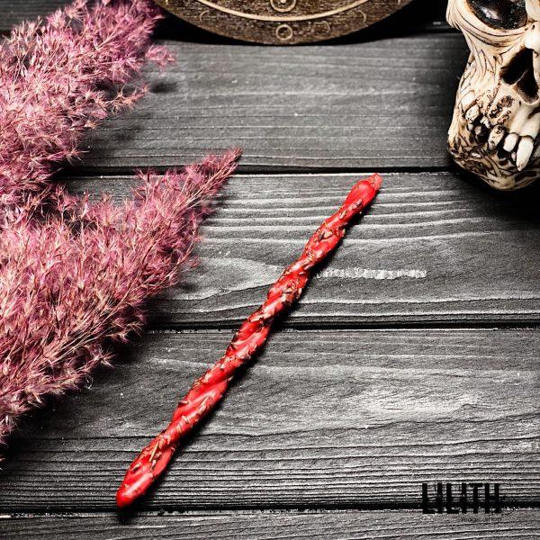 Свеча-скрутка красная с лавандой, розой и эфирным маслом чайного дерева