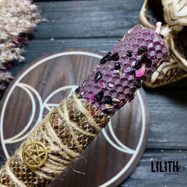 Фиолетовая свеча из вощины со шкурой змеи и травами для очищения ума от навязчивых и негативных мыслей