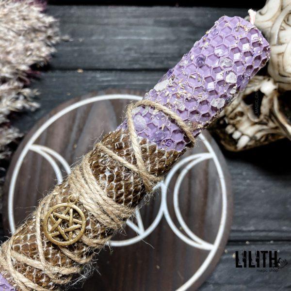 Лавандовая свеча из вощины со шкурой змеи, травами и камнями для успокоения, хорошего сна