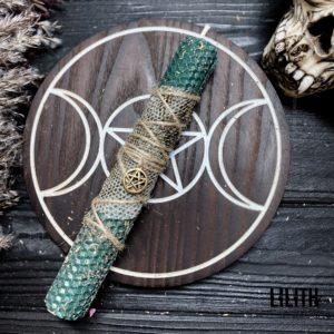 Темно-зеленая свеча из вощины со шкурой змеи и травами для убирания денежных преград