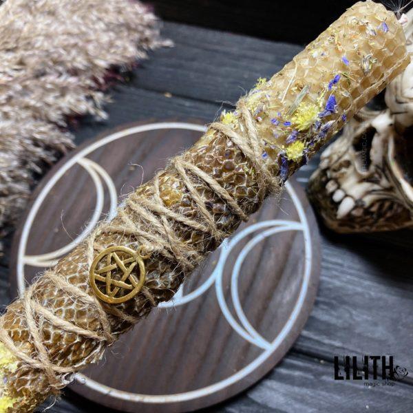 Желтая свеча из вощины со шкурой змеи и травами для чистки дома/помещения