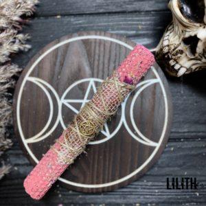 Розовая свеча из вощины со шкурой змеи и травами для ритуалов на красоту