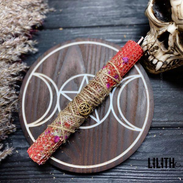 Красная свеча из вощины со шкурой змеи и травами для приворотов