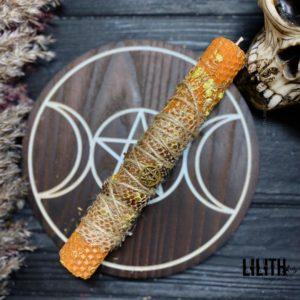 Желтая свеча из вощины со шкурой змеи и травами для ритуалов на удачу
